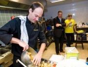 Chefkok Robbert van Gammeren tijdens het 38 hours waste dinner